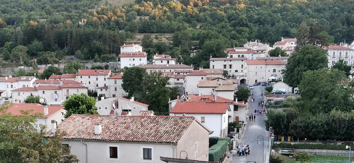 Estate del villaggio, vacanze era covid nei borghi